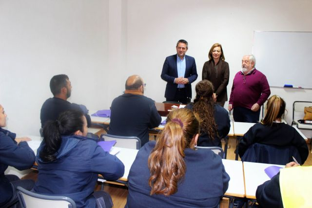 La directora general del SEF y el alcalde de Alcantarilla, visitan el programa mixto de empleo y formación sobre limpieza en espacios abiertos e instalaciones industriales desarrollado por la Obra Social Marista - 2, Foto 2