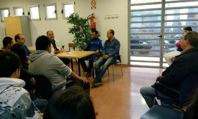 Autoridades municipales se re�nen con los usuarios de la pista polideportiva de la Era Alta, Foto 2
