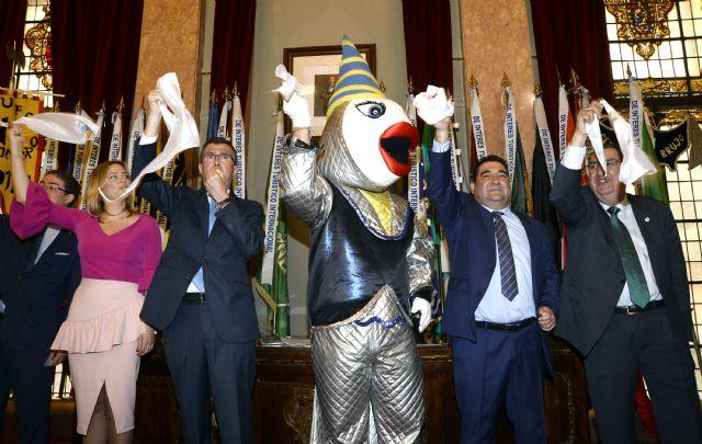 Doña Sardina y el Gran Pez 2017 llevan la alegría sardinera al Salón de Plenos del Ayuntamiento - 1, Foto 1