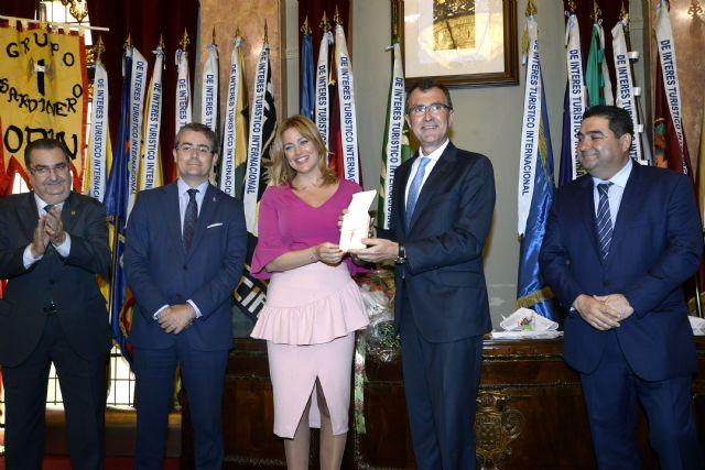 Doña Sardina y el Gran Pez 2017 llevan la alegría sardinera al Salón de Plenos del Ayuntamiento - 3, Foto 3