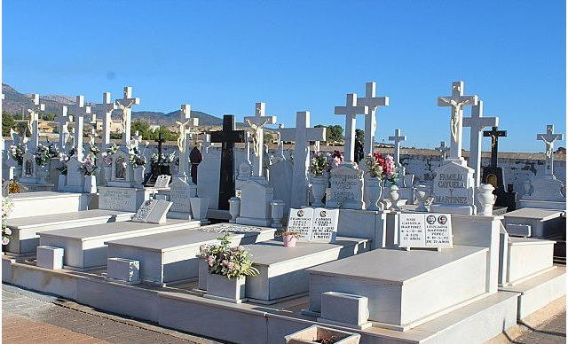 Florists are authorized access to the municipal cemetery of Totana and the parish church of El Paretón-Cantareros