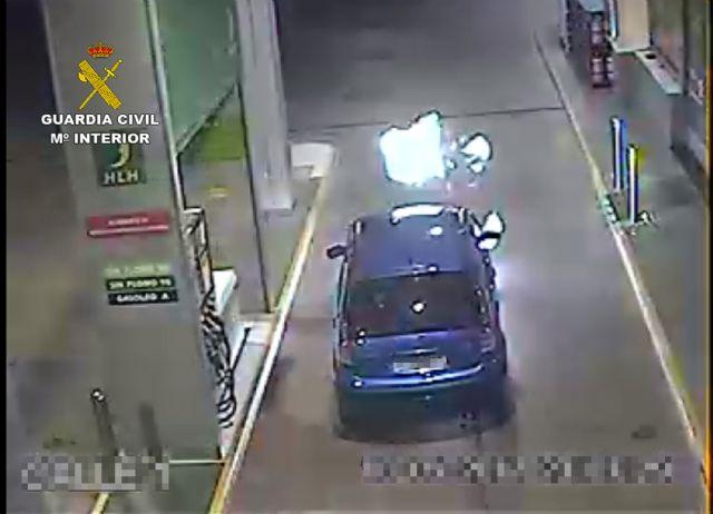 La Guardia Civil extingue el incendio de un vehículo en una gasolinera - 1, Foto 1