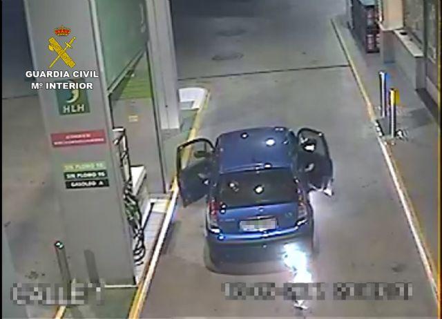 La Guardia Civil extingue el incendio de un vehículo en una gasolinera - 2, Foto 2