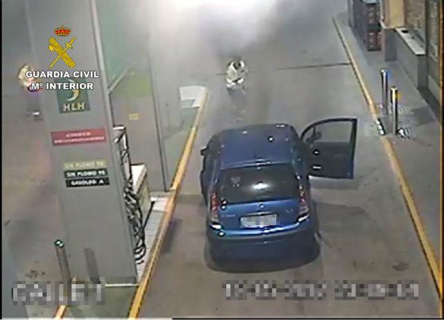 La Guardia Civil extingue el incendio de un vehículo en una gasolinera - 3, Foto 3