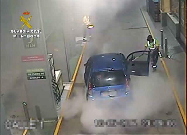 La Guardia Civil extingue el incendio de un vehículo en una gasolinera - 4, Foto 4