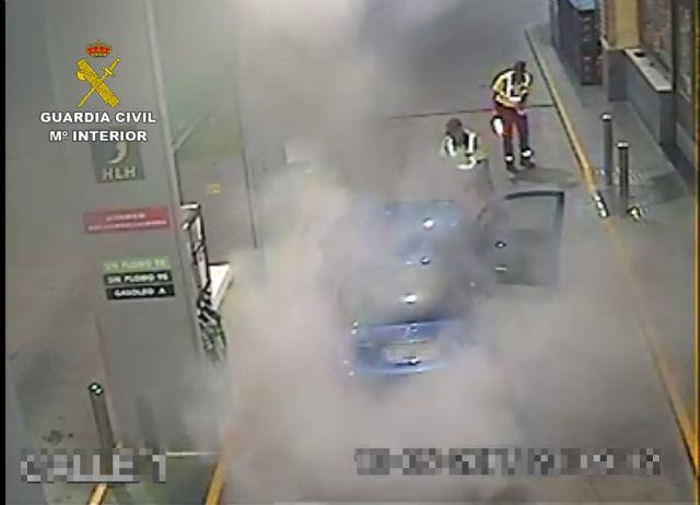 La Guardia Civil extingue el incendio de un vehículo en una gasolinera - 5, Foto 5
