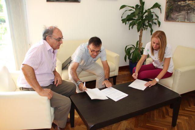 El Ayuntamiento de Alhama y Cruz Roja renuevan su convenio para la gestión de ayudas, Foto 1