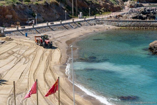 Las brigadas municipales trabajan con Costas para la recuperación de los arenales en Cala Cortina y playas de La Manga y Cabo de Palos - 1, Foto 1