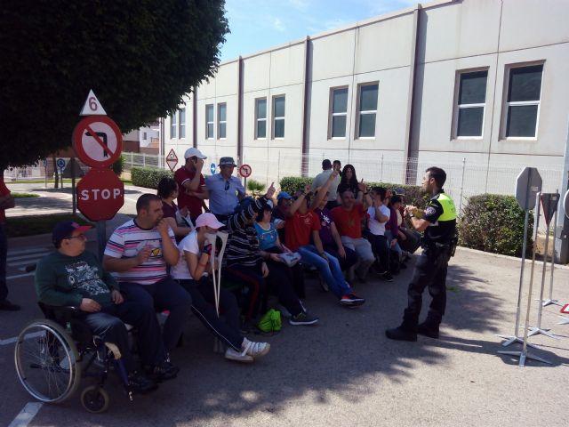 Los centros de Día para la Discapacidad del Ayuntamiento de Totana celebran una jornada especial de Educación vial, Foto 8