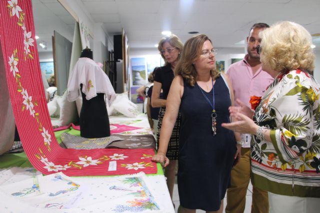 La Asociación de Amas de Casa expone las manualidades realizadas durante el curso 2018 - 1, Foto 1