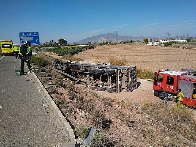 Sanitarios atienden y trasladan al conductor de un camión accidentado en la A-7 y a dos agentes de la Guardia Civil