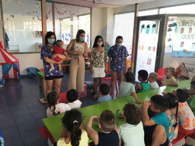 La alcaldesa y la edil de Igualdad visitan a los niños y niñas participantes en el Programa Escuela Días No Lectivos - 2, Foto 2