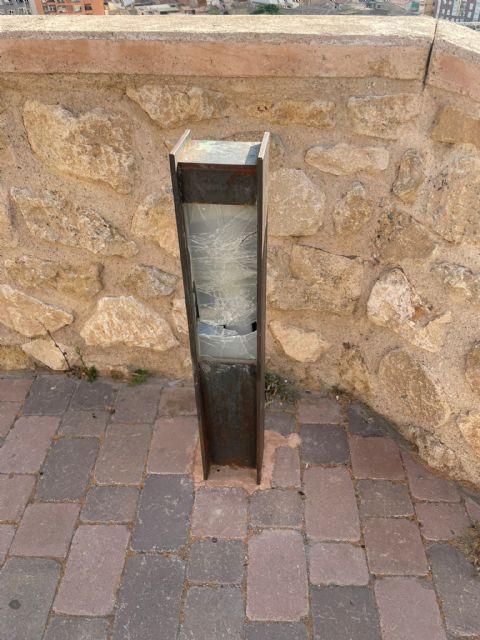 El Ayuntamiento de Lorca pide colaboración para identificar a los autores de los actos vandálicos que han destrozado la iluminación del entorno de la iglesia de San Juan - 4, Foto 4