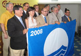El consejero de Desarrollo Sostenible entrega al alcalde las banderas azules para el municipio