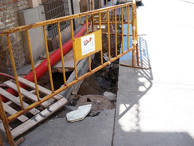 """IU + LV denounced the """"laziness"""" of the PP in Totana, which """"allows for weeks and permanent holes unmarked grave danger in the street Juan XXIII"""" - 1"""