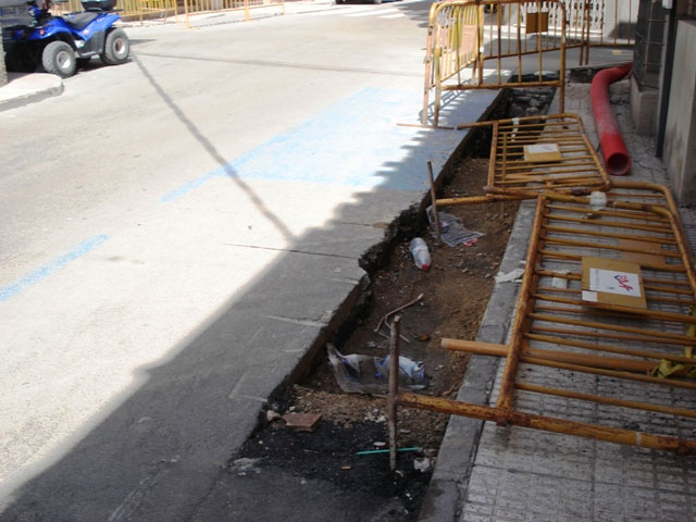 """IU + LV denounced the """"laziness"""" of the PP in Totana, which """"allows for weeks and permanent holes unmarked grave danger in the street Juan XXIII"""" - 4"""