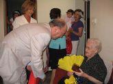 La alhameña Mª Mercedes Hern�ndez celebra su 101 cumpleaños acompañada por el alcalde, Juan Romero C�novas y la edil de Mayores, Soledad Tudela