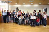 Autoridades municipales reciben en el ayuntamiento a los usuarios y profesionales del Servicio de Estancias Diurnas de Alzheimer de Totana