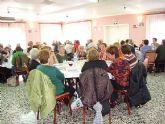 Los usuarios y socios del centro municipal de personas mayores organizan un día de convivencia