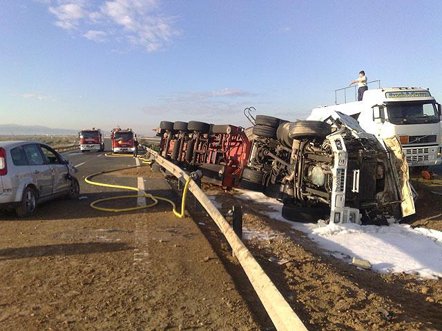 Restablecido el tráfico de la A-7 que fue cerrado por el vuelco de un camión con gasoil - 1