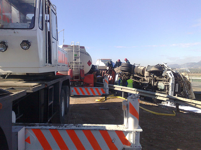 Restablecido el tráfico de la A-7 que fue cerrado por el vuelco de un camión con gasoil - 5