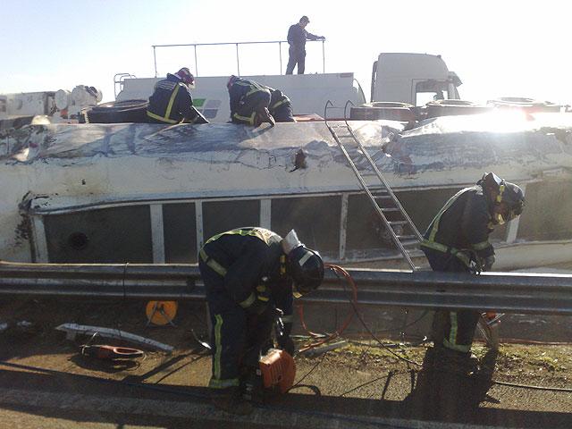 Restablecido el tráfico de la A-7 que fue cerrado por el vuelco de un camión con gasoil - 6