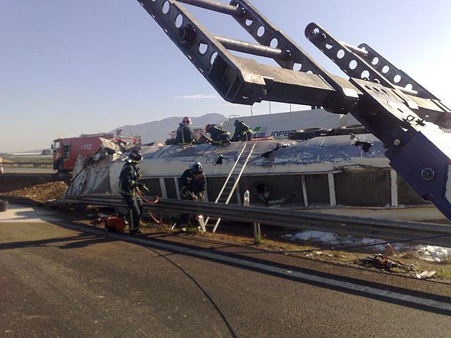 Restablecido el tráfico de la A-7 que fue cerrado por el vuelco de un camión con gasoil - 7
