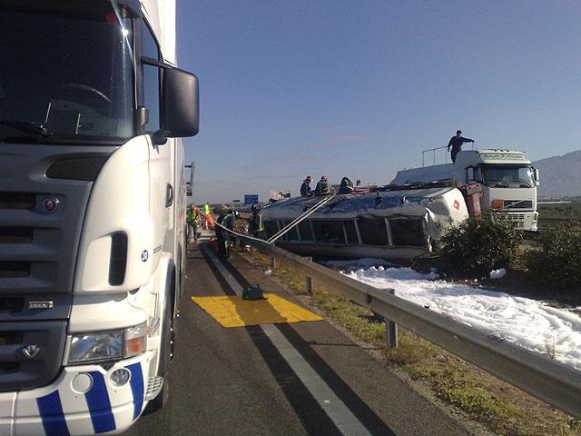 Restablecido el tráfico de la A-7 que fue cerrado por el vuelco de un camión con gasoil - 9