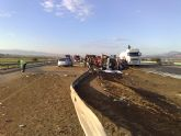 Restablecido el tráfico de la A-7 que fue cerrado por el vuelco de un camión con gasoil - Foto 2