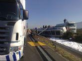 Restablecido el tráfico de la A-7 que fue cerrado por el vuelco de un camión con gasoil - Foto 9