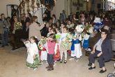 La ofrenda floral a la Virgen reúne a más de quinientas personas