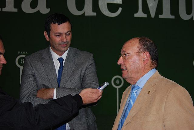 El Alcalde de la localidad acompañado por el Director General de Deportes, Antonio Peñalver, han visitado la pista de frontón del polideportivo 'El Praico' recientemente restaurada, Foto 2