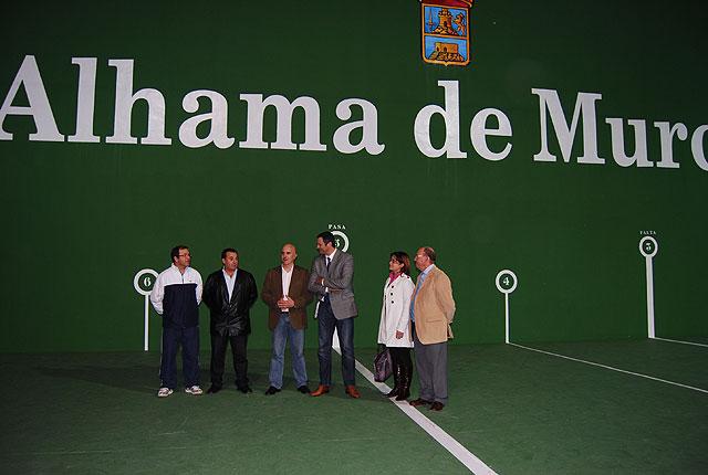 El Alcalde de la localidad acompañado por el Director General de Deportes, Antonio Peñalver, han visitado la pista de frontón del polideportivo 'El Praico' recientemente restaurada, Foto 3