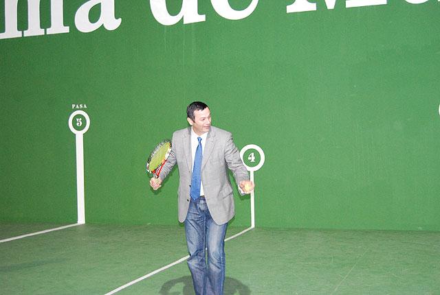El Alcalde de la localidad acompañado por el Director General de Deportes, Antonio Peñalver, han visitado la pista de frontón del polideportivo 'El Praico' recientemente restaurada, Foto 5