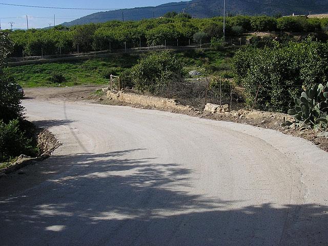 El Ayuntamiento mejora la visibilidad de la curva de los Pavos ensanchando el camino, Foto 1