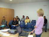 La charla informativa sobre la Ley de Extranjería, organizada por el Servicio Municipal de Inmigración, contó con la asistencia de una treintena de personas