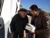El alcalde y la concejal de sanidad vistan a las personas mayores de El Paretón-Cantareros