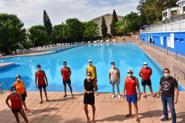 La alcaldesa de Archena visita la piscina municipal de verano para supervisar el correcto funcionamiento y la implantación de las medidas anticovid - 1, Foto 1