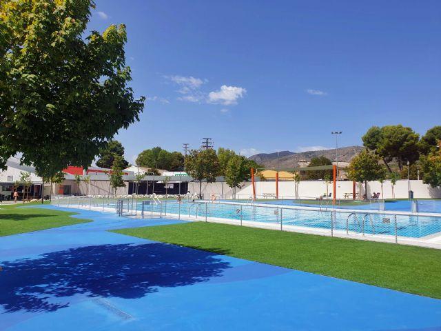 La Concejalía de Deportes mejoró el sombraje, pavimento y ajardinamiento de la piscina municipal de Caravaca - 2, Foto 2