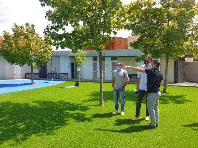 La Concejalía de Deportes mejoró el sombraje, pavimento y ajardinamiento de la piscina municipal de Caravaca - 4, Foto 4
