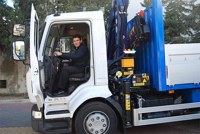 Se presentan los dos nuevos camiones grúa que completan la flota del Ayuntamiento, Foto 1