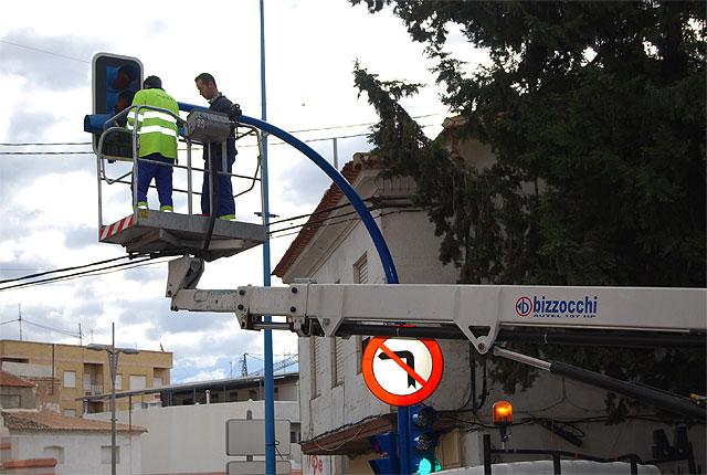 Bombillas de muy bajo consumo energético sustituyen a las viejas de los semáforos del municipio, Foto 1