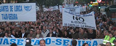 Varios miles de personas se manifiestan en Murcia al grito de con el agua no se juega
