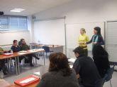 """Los alumnos del curso de """"Atención y cuidado a personas dependientes"""" participan en un taller organizado por la técnica de nutrición"""