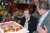 El alcalde y la edil de Mayores felicitan a una vecina por su 100 cumpleaños