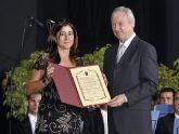 El presidente Ramón Luis Valcárcel entrega a Carmen Romero, viuda de Antonio López Baños, el Diploma de Servicios Distinguidos que la Comunidad ha otorgado a título póstumo al que fuera secretario general de UGT.
