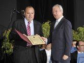 El presidente Valcárcel entrega al presidente de la Fundación Diagrama Psicosocial, Francisco Legaz, el Diploma de Servicios Distinguidos que la Comunidad ha otorgado a esta Fundación.