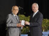 El presidente Valcárcel entrega la Medalla de Oro al escultor caravaqueño José Carrilero.