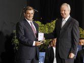El presidente Valcárcel entrega a Juan Antonio Pedreño, presidente de Ucomur, la Medalla de Oro con la que ha sido galardonada la Unión de Cooperativas de Trabajo Asociado de la Región de Murcia.