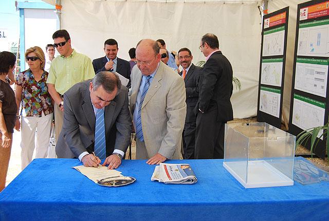 El delegado del Gobierno y el alcalde de Alhama ponen la primera piedra del nuevo parque infantil de tráfico del municipio, Foto 3